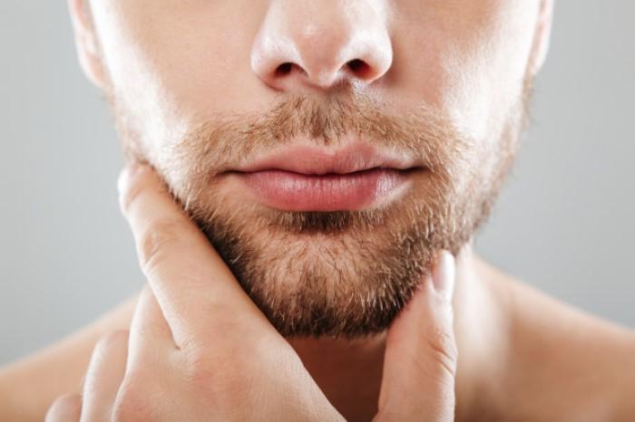 Primo-piano-barba-uomo-bionda